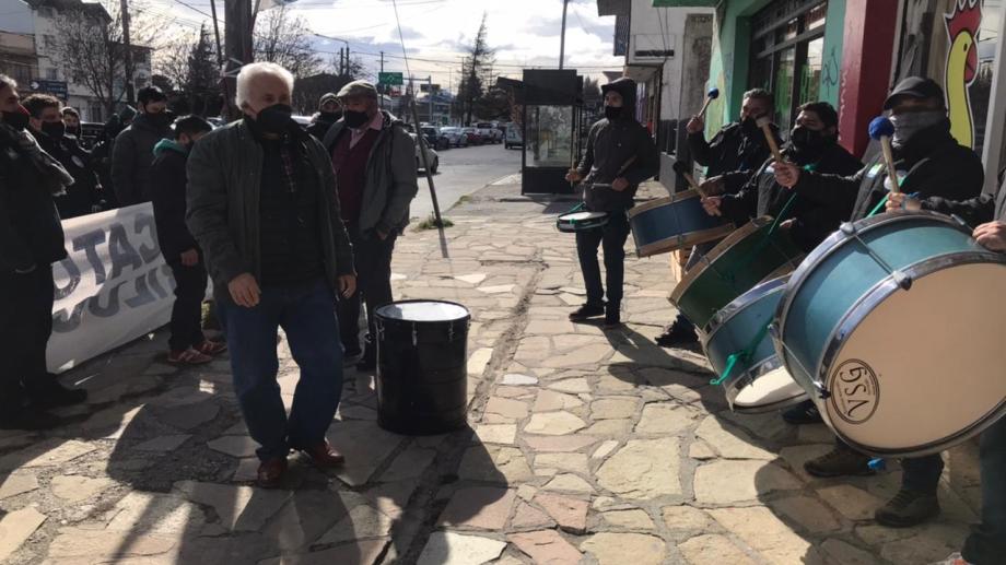 Ovidio Zúñiga, del gremio gastronómicos entre los bombos y protesta de los mercantiles en una puja gremial en Bariloche. Foto: Gentileza