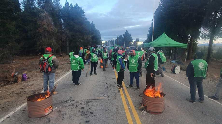 El gremio ATE bloquea el acceso al aeropuerto de Bariloche por un reclamo en un organismo nacional. Foto: Gentileza