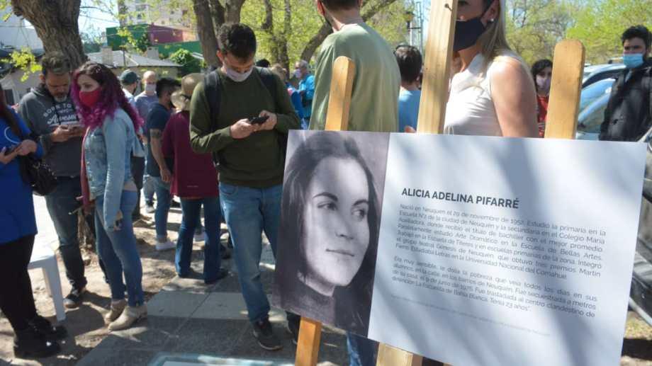 Con las presencia de su hermano Joaquín, sus compañeras de universidad y amigas de militancia, se llevó a cabo el homenaje con la colocación de la baldosa por Alicia Pifarré. Foto Yamil Regules.