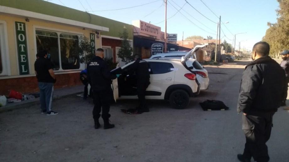 El auto se encontraba estacionado frente a un hotel de Sierra Grande y sería el mismo vehículo que registraron las cámaras en SAO.