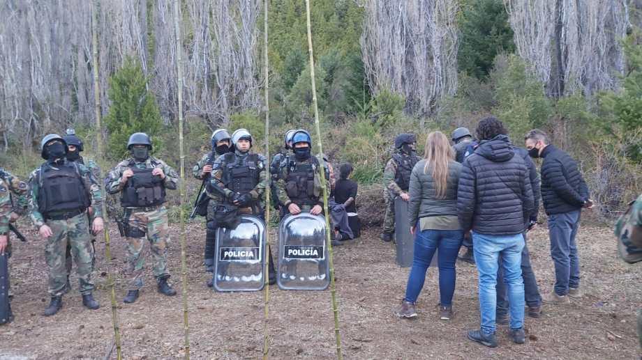 Los fiscales, de espaldas, en el procedimiento que realizó la Policía. Foto: Gentileza