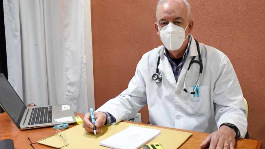 Dedicación. El doctor Julián Ciruzzi recomienda vacunarse contra el COVID-19 cuanto antes. Foto: Florencia Salto
