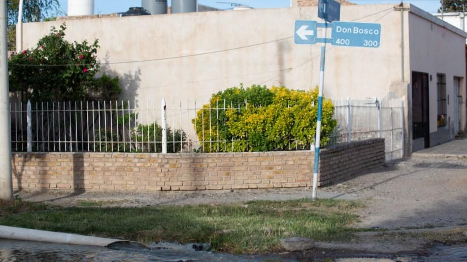 Las aguas servidas corriero, ayer, por calle Don Bosco, en dirección a la Ruta Nacional 22. Foto archivo
