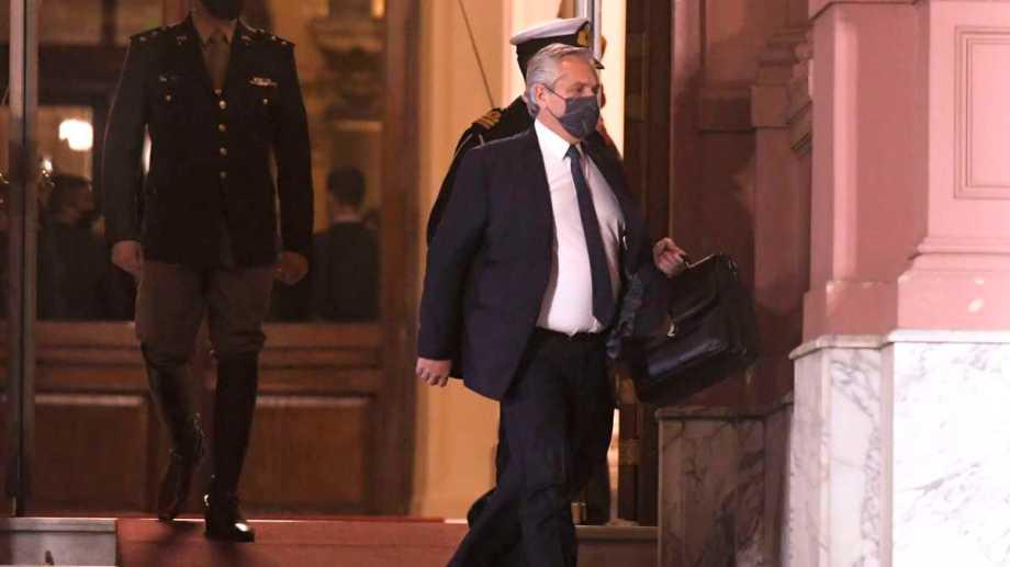 El presidente abandona la Casa Rosada, pasadas las 21,30.