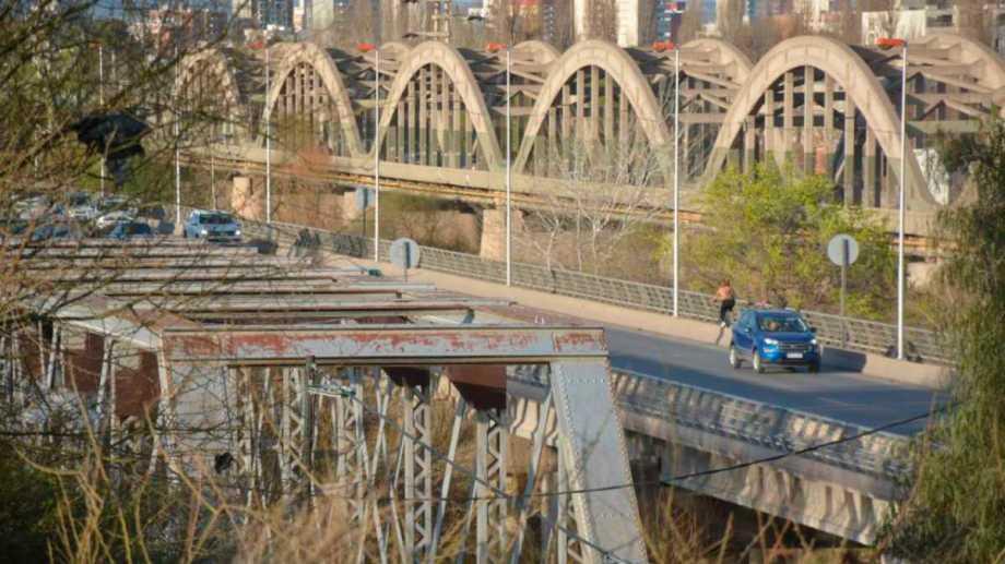 El puente sobre el río Neuquén, que une la capital con la ciudad rionegrina de Cipolletti tiene 119 años. Fue el principal motor del desarrollo urbano y económico. (FOTOS: Yamil Regules)