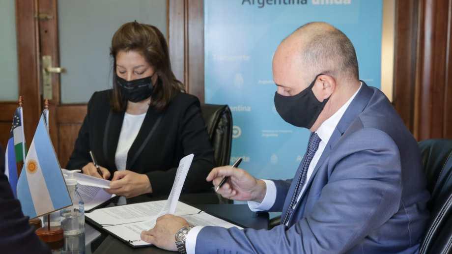 La gobernadora Arabela Carreras firmó los dos convenios con el ministro de Transporte de Nación.  Foto: gentileza