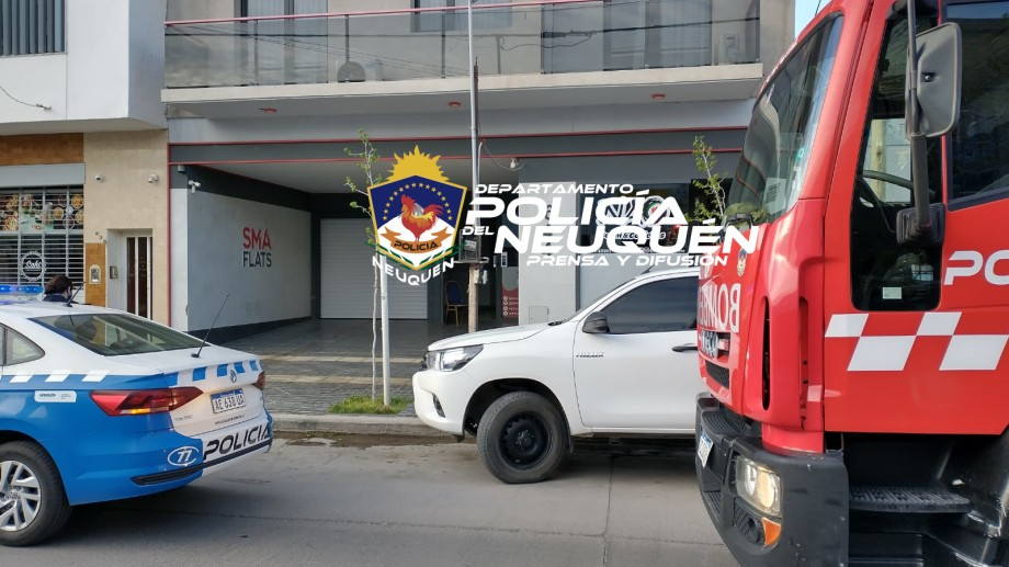 Con herramientas, los bomberos de Neuquén lograron liberar a la adolescente del ascensor. Foto: Gentileza