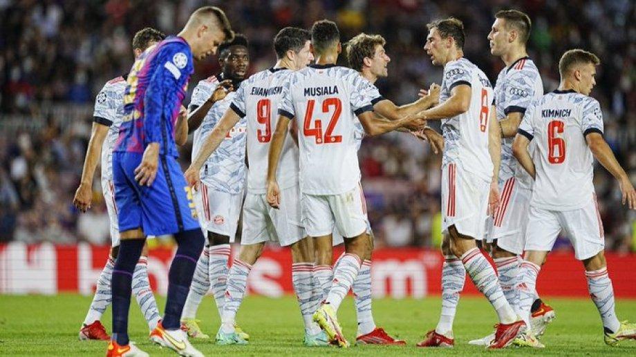 Gerard Piqué resignado ante el festejo de los jugadores del Bayern Munich.