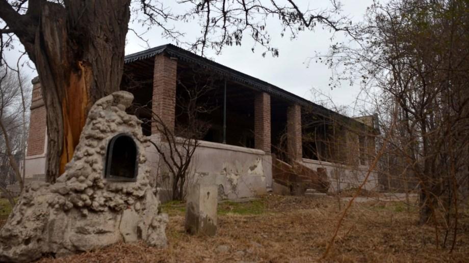 La casona del barrio Valentina Sur fue construida por Arsemio Martín en 1929 para ser utilizada como vivienda familiar. Tenía puentes colgantes.