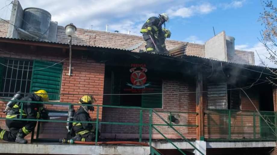 Dos móviles de los Bomberos Voluntarios de Roca pudieron apagar las llamas de este incendio (Foto Gentileza)