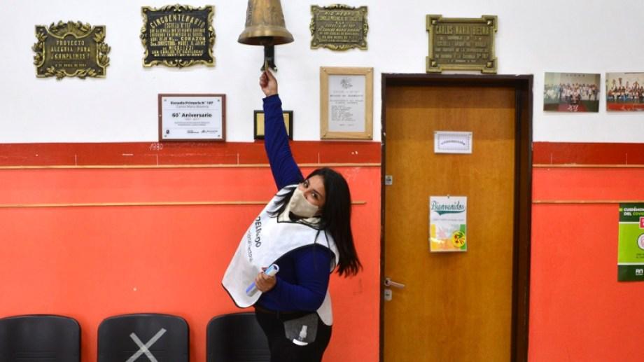 La delegada de la Justicia Electoral Federal de la escuela 187 de Bariloche toca la campana a las 18, en el cierre del comicio. Foto: Chino Leiva