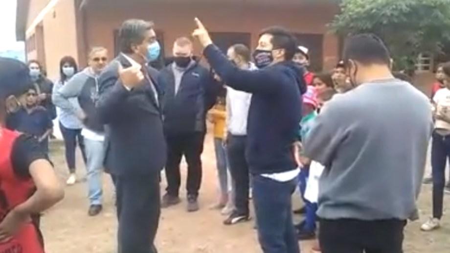 El gobernador fue increpado por un grupo de docentes.