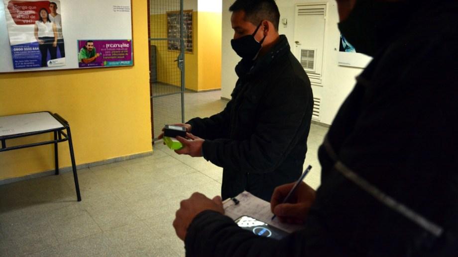 Técnicos de Educación midieron los niveles de dióxido de carbono. Foto: Marcelo Ochoa.
