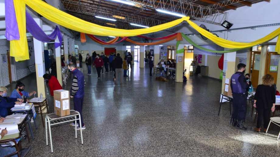 Cerca de un 45% del padrón ya votó en las escuelas de Regina. (Foto Néstor Salas)