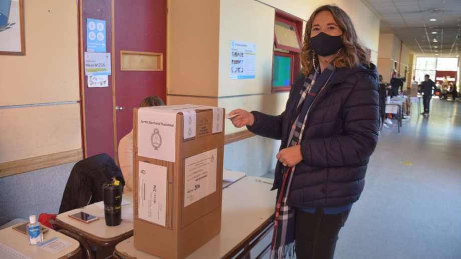 Maria Eugenia Ferrarezo emitiendo su voto.Foto Yamil Regules