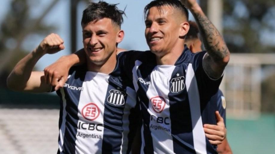 Fértoli y Auzqui, los goleadores de la tarde, festejan para Talleres.