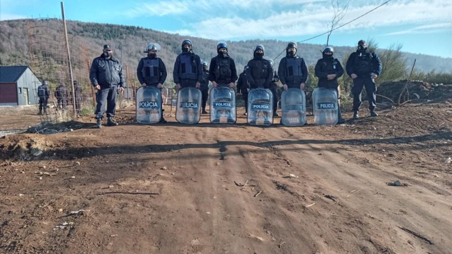 Policías de varias unidades estuvieron esta mañana de jueves en la ladera sur del cerro Otto, donde se hizo la medida judicial. (foto gentileza)