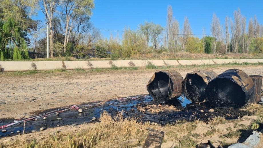 Trabajadores del DPA retiraron con máquinas excavadoras, los restos de fuel oil encontrados a orillas del canal grande de Roca (Foto: Gentileza)