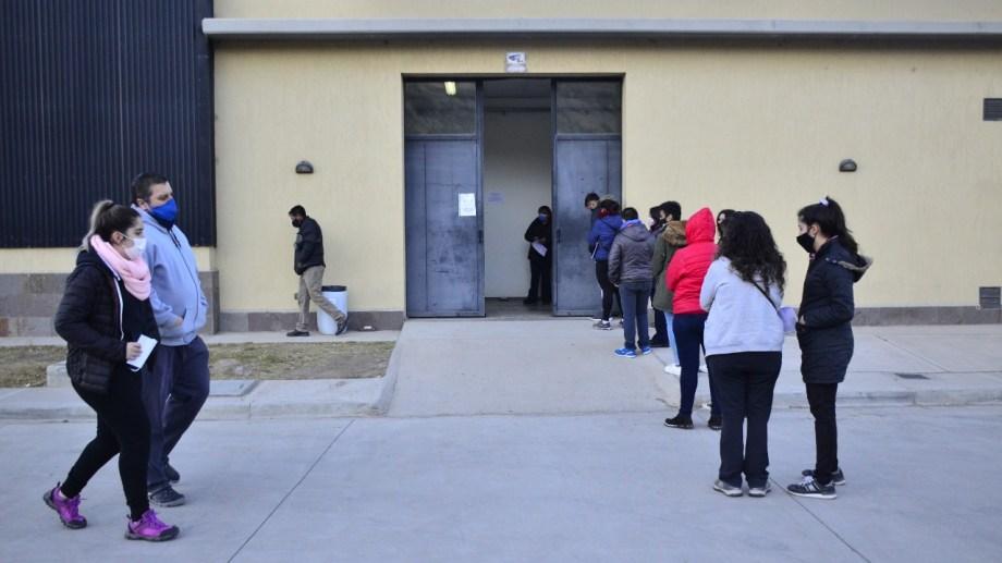 De 9 a 13 en el vacunatorio de Regina aplicarán vacunas Moderna y Sinopharm. (Foto Néstor Salas)