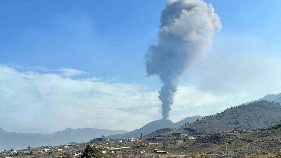 """El volcán de La Palma vuelve a soltar lava, cenizas y humo tras un breve """"parate"""""""