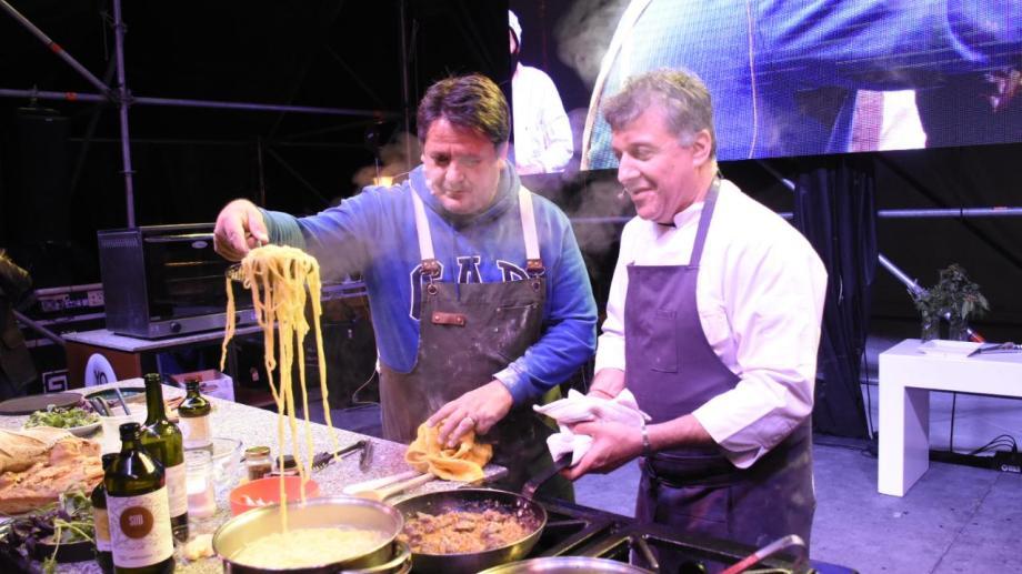 El intendente Mariano Gaido se animó a subir al escenario para una clase de pasta con el chef Pablo Buzzo. Foto: Flor Salto.