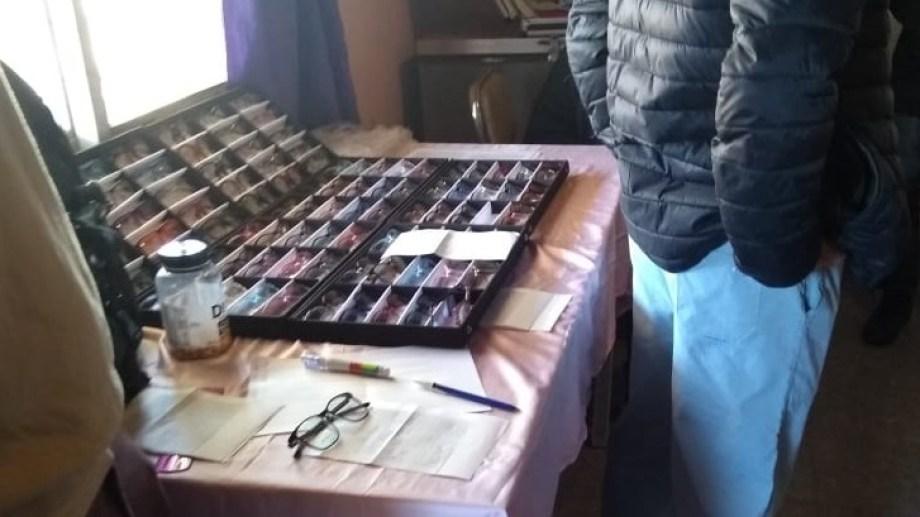 Los falsos oftalmólogos contaban con un muestrario y un cartel con el abecedario como los que habitualmente se exhiben en los consultorios. Ninguno pudo acreditar estudios en la materia. (foto: gentileza)