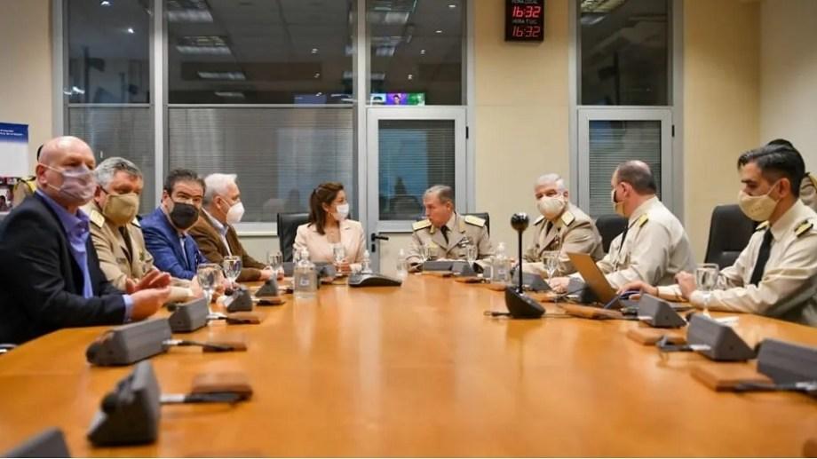 La gobernadora Carreras junto al prefecto Mario Rubén Farinón, tras la firma del convenio. Foto Gentileza Prensa de Gobierno.