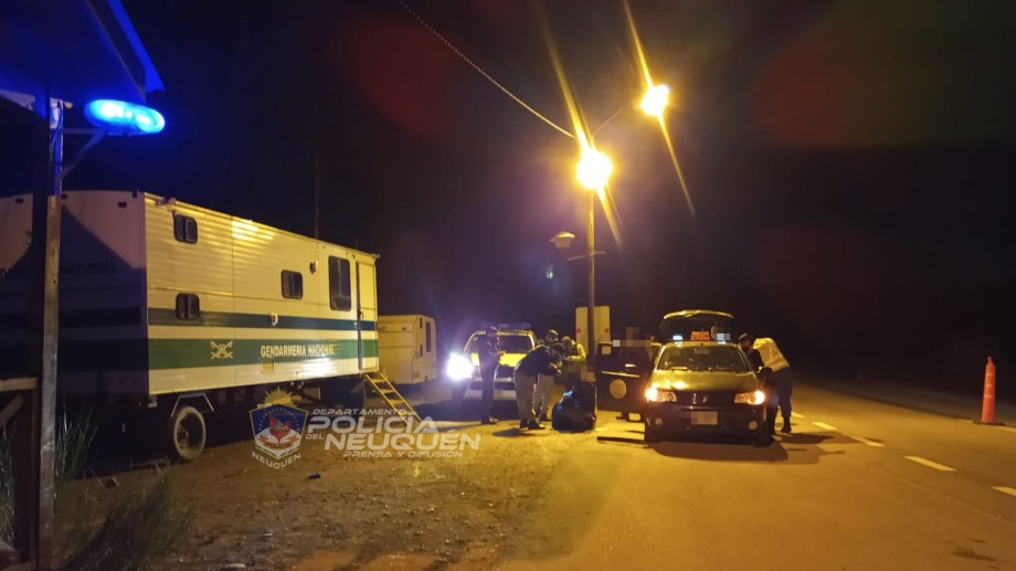 Las personas fueron encontradas sobre un puesto sobre Ruta 40, en Junín de los Andes. Foto: Gentileza Policía de Neuquén.