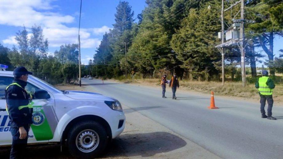 Policías iniciaron ayer operativos de control en distintos puntos del oeste de Bariloche. Gentileza