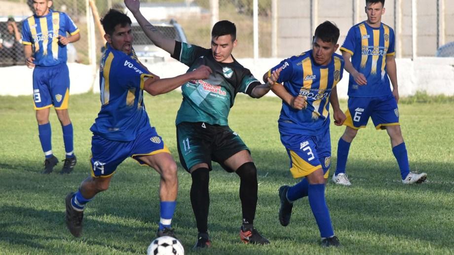 Juventud y Villa Mitre empataron 2 a 2 en un partidazo. Fotos: Jorge Tanos