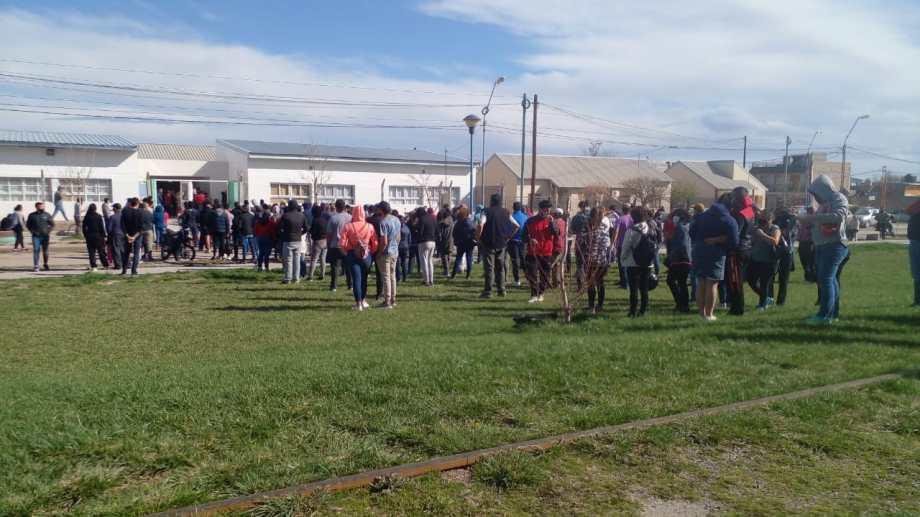 En la escuela ubicada en 25 de Mayo y 3 de Febrero, cerca de las 16, había una larga fila de vecinos esperando a emitir su voto. (foto: Gino Aboledo)