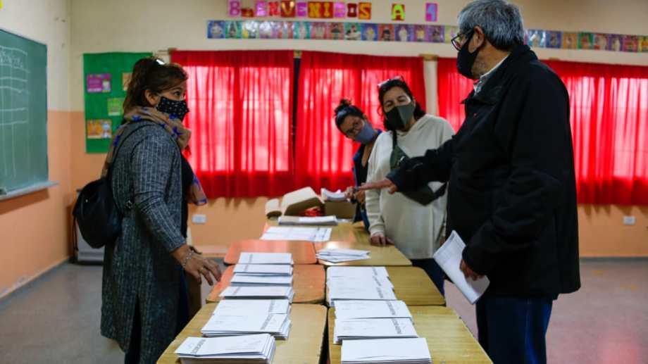 Comenzó el recuento de votos en las escuelas de Río Negro, tras el cierre del comicio. Foto: Juan Thomes