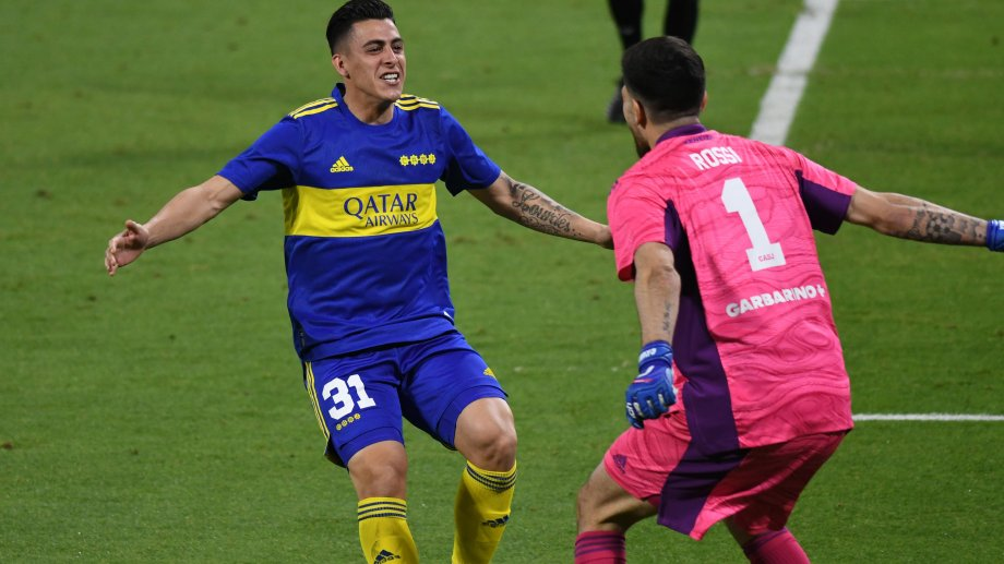 Pavón anotó el último y festeja la clasificación con Rossi, que contuvo otro. Boca está en semifinales de Copa Argentina.