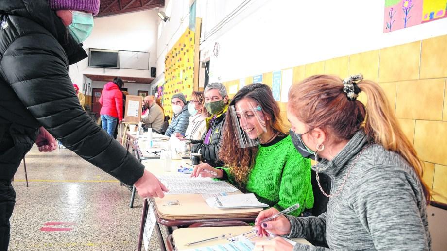 El 70% de las personas habilitadas a votar se expresó el domingo en las 96 mesas distribuidas en las escuelas de San Martín de los Andes. Foto: Patricio Rodríguez