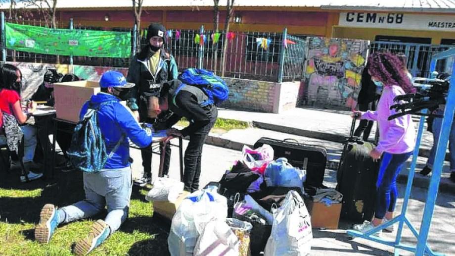 Los estudiantes realizan campañas y luego elaboran estrategias para llegar a los vecinos que más lo necesitan. (foto: César Izza)