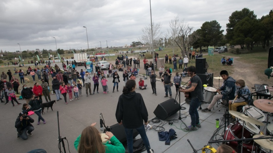 Bandas de rock locales cerraron los festejos por el Día de la Primavera en el Parque Ferreira. Foto: Pablo Leguizamon