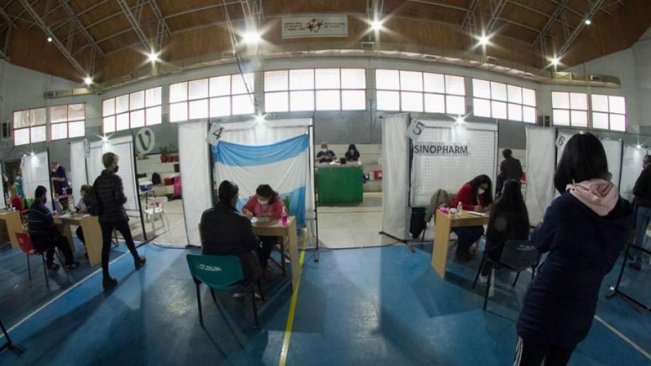 La vacunación contra el coronavirus sigue en marcha en la capital provincial. Foto: Pablo Leguizamon