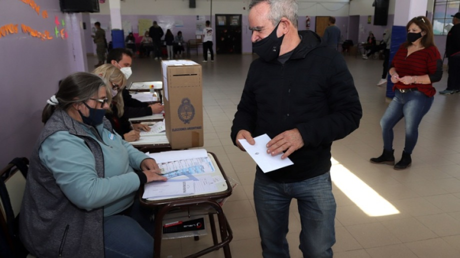 Mario De Rege votó en la escuela N° 30 de la capital rionegrina. Foto: Marcelo Ochoa