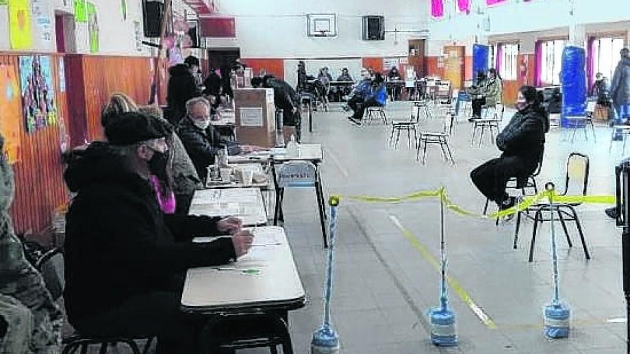 Menos del 70% de las 11.589 personas habilitadas para votar en Villa La Angostura participó de las PASO.  Foto: gentileza diario Andino
