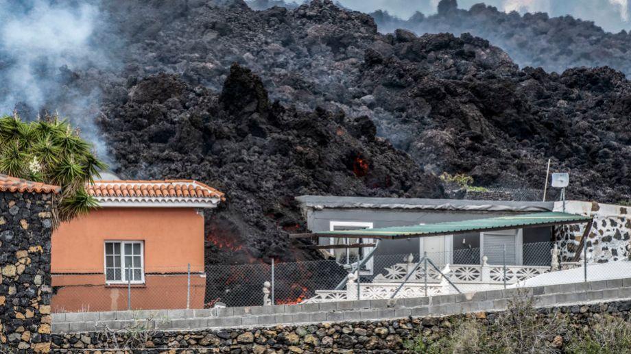 Lava del volcán sobre una casa en El Paso. Foto El País.