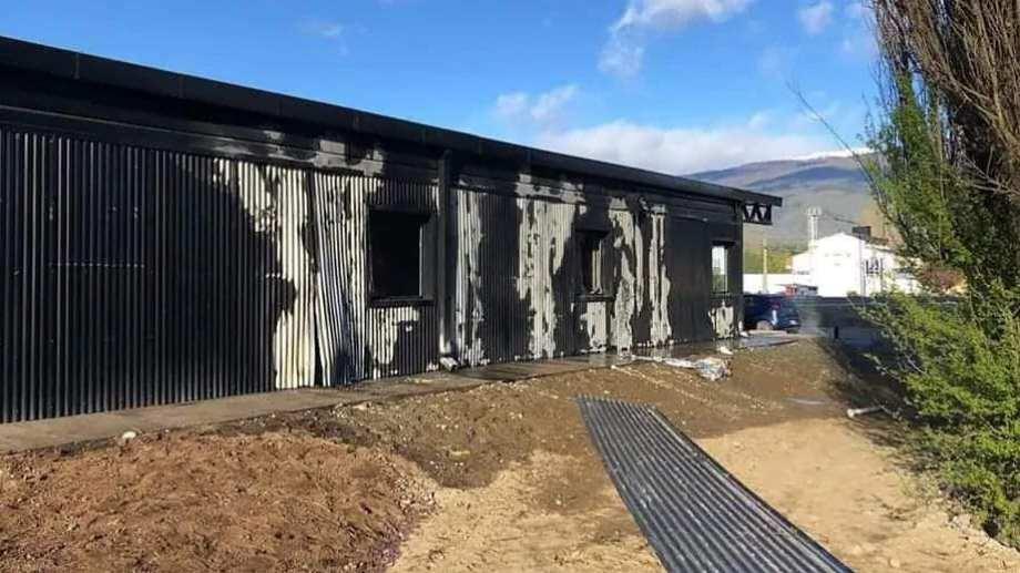 El incendio en el Centro de Informes Turísticos de la Municipalidad de El Bolsón ocurrió la madrugada del 4 de octubre pasado. (foto gentileza)