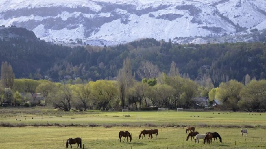 San Martín de los Andes: los cerros amanecieron con un manto blanco. Foto: Patricio Rodríguez.