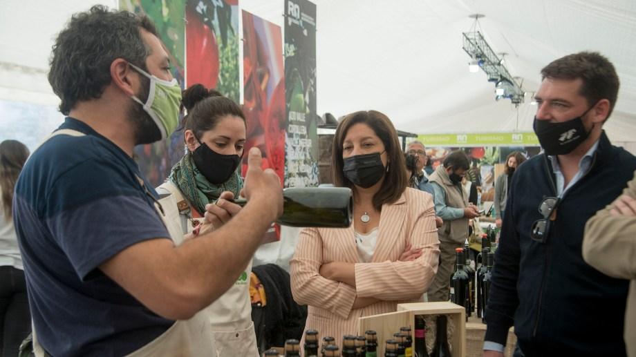 La gobernadora Arabela Carreras recorrió este lunes los stands de los emprendedores que participaron del Bariloche a la Carta, en el Centro Cívico. (Foto Marcelo Martínez)