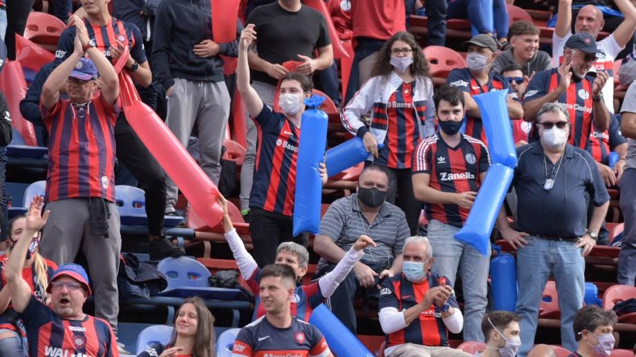 La gente volvió a las tribunas en el Nuevo Gasómetro pero no pudo ver ganar a su equipo.
