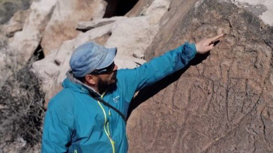 El arqueólogo Hugo Tucker y las pinturas rupestres en Malargüe, 410 km al sur de Mendoza.