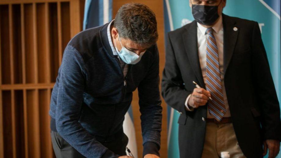 Fondos. El momento en que el Ministro de Ciencia de la Nación, Daniel Filmus, firmó acuerdo con la provincia de Neuquén para darle más fondos para investigación