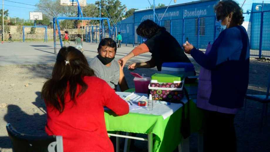 El personal de salud se acercó a vacunar al playón del barrio Brentana con primeras y segundas dosis de covid-19 el jueves pasado. Foto: Andrés Maripe