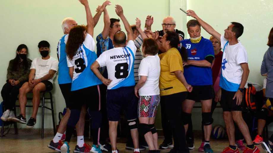 Todos pasan un lindo momento jugando al newcom, una actividad para los adultos. foto: Andrés Maripe.