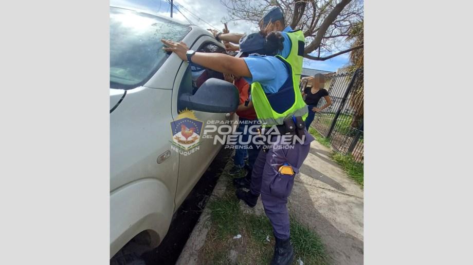 La policía logró efectuar el rescate rompiendo uno de los vidrios de la camioneta. Foto: Prensa Policía