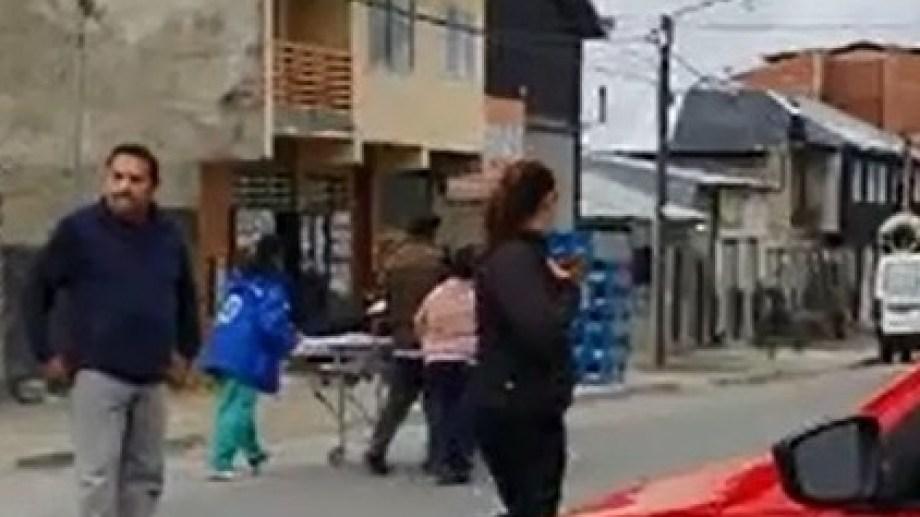 El personal de la ambulancia actuó rápidamente para rescatar al paciente que se cayó con la camilla. Captura de video